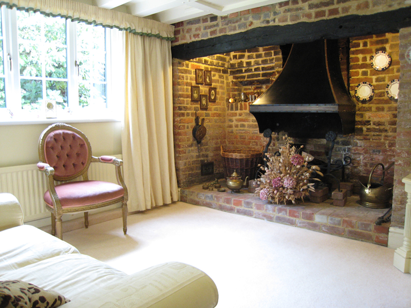 Bed & Breakfast Rye - Lounge with open fireplace